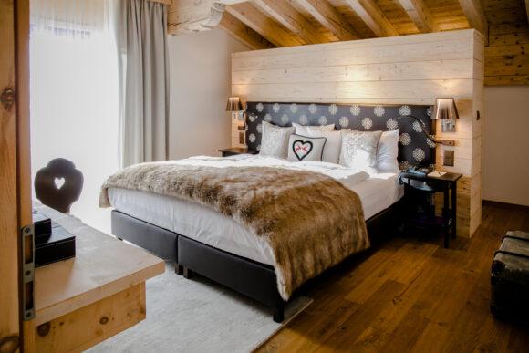 Hotel Piz Buin Klosters Graubünden Schweiz Alpenchic Zimmer Apartment Schlafzimmer (2)